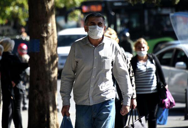 Но все же большая часть людей правила по ношению масок соблюдает.  - Sputnik Грузия