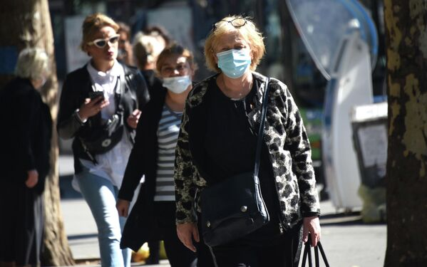 Эпидемиологи тем временем призывают всех быть внимательными и делать прививки не только от коронавируса, но и от гриппа. Так как приближаются зимние холода.  - Sputnik Грузия