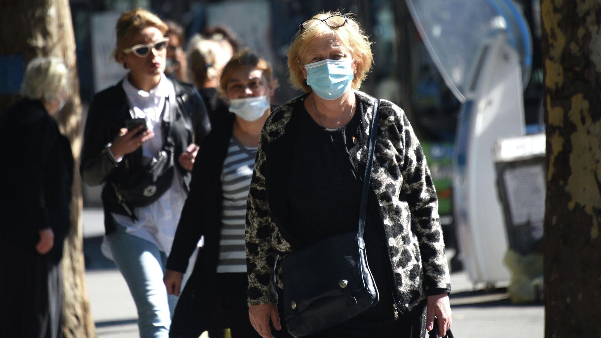Эпидемия коронавируса - люди на улице в масках - Sputnik Грузия, 1920, 12.10.2021