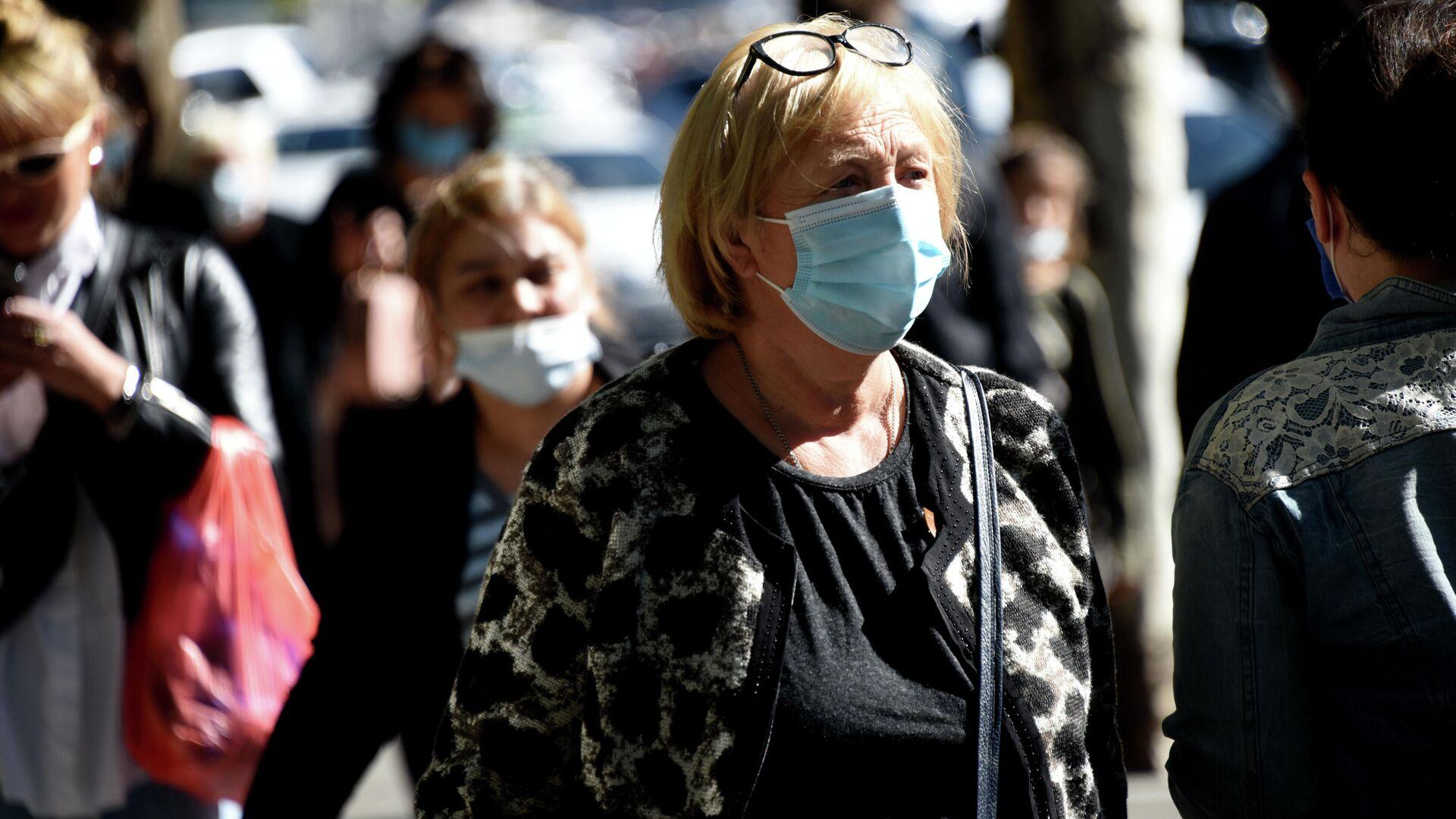 Эпидемия коронавируса - люди на улице в масках - Sputnik Грузия, 1920, 29.09.2021