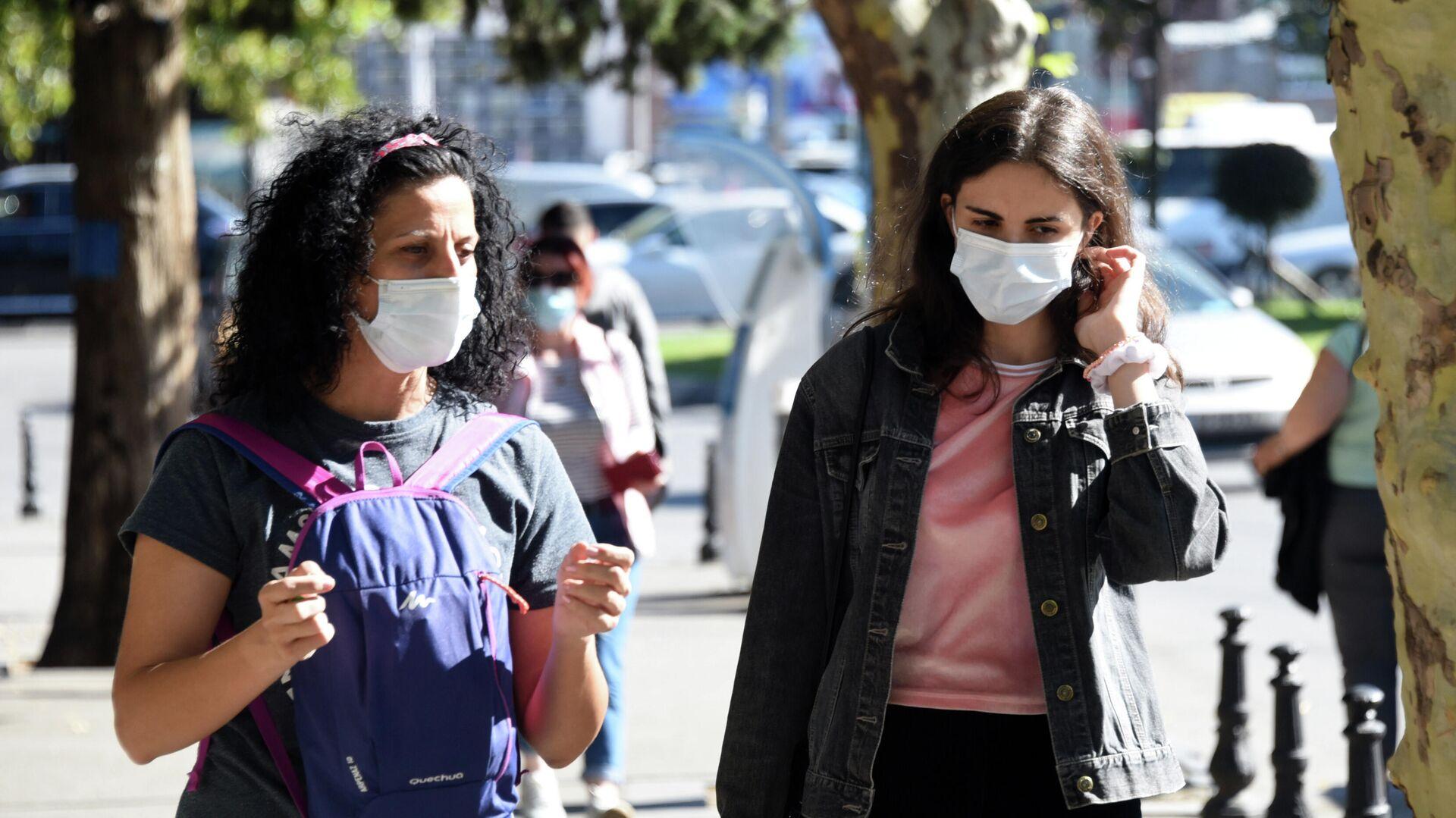 Эпидемия коронавируса - люди на улице в масках - Sputnik Грузия, 1920, 01.10.2021