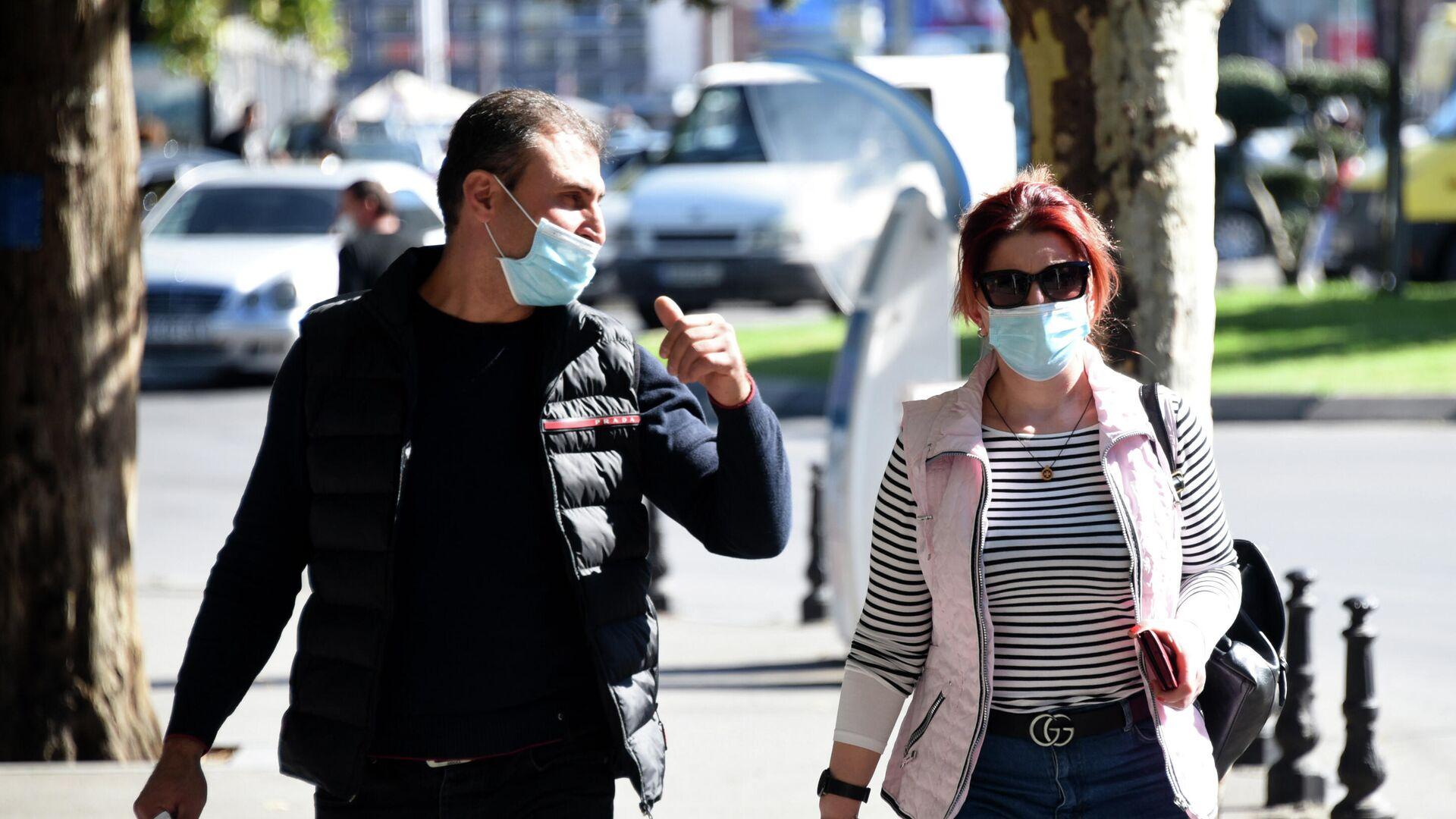 Эпидемия коронавируса - прохожие на улице в масках - Sputnik Грузия, 1920, 14.10.2021