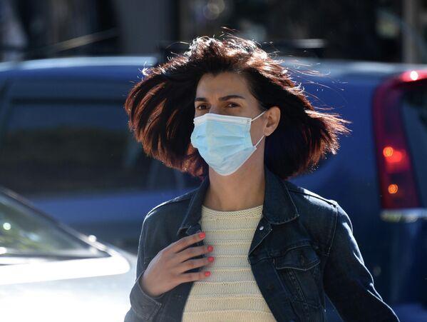 Но сегодня статистика новых заболеваний снижается, городской транспорт вновь заработал. Хотя ношение масок по-прежнему обязательно и на улице, и в открытых пространствах.  - Sputnik Грузия