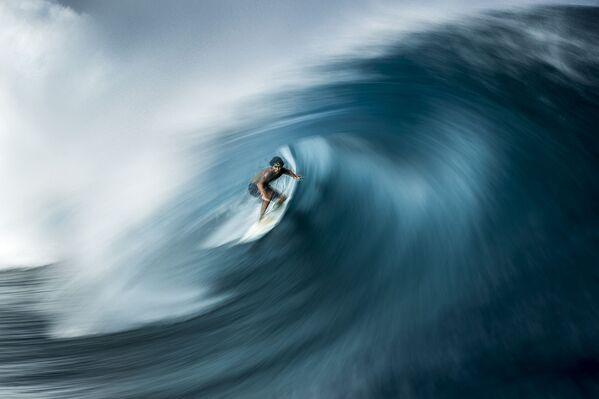 "Серфингист ловит волну на Таити. Фото стало победителем в номинации ""Приключения"" - Sputnik Грузия"