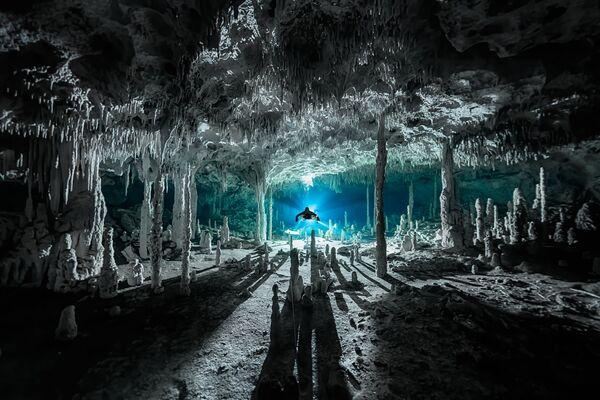 Спелеотемы отбрасывают длинные тени на Сенот Дос Писос. Кинтана-Роо, Мексика - Sputnik Грузия