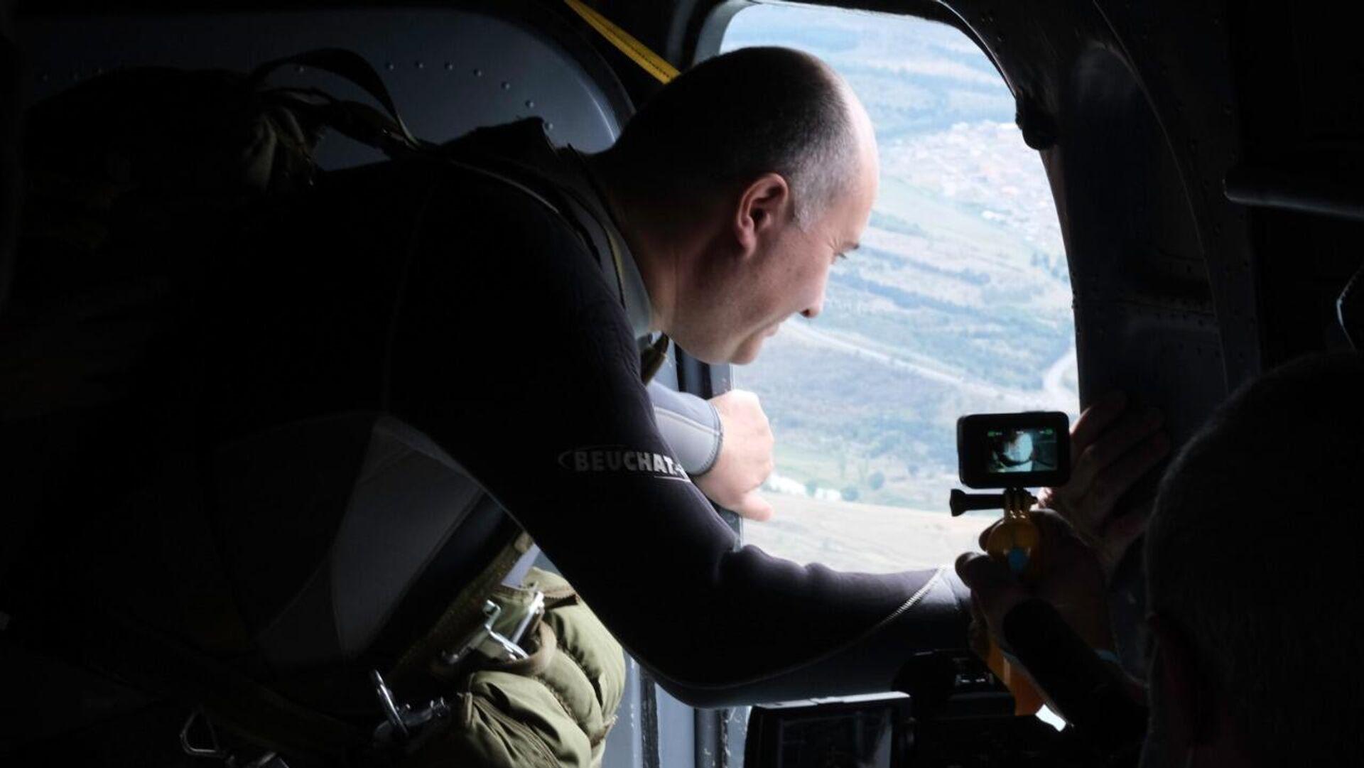 Министр обороны Грузии Джуаншер Бурчуладзе совершил прыжок с парашютом  - Sputnik Грузия, 1920, 29.09.2021