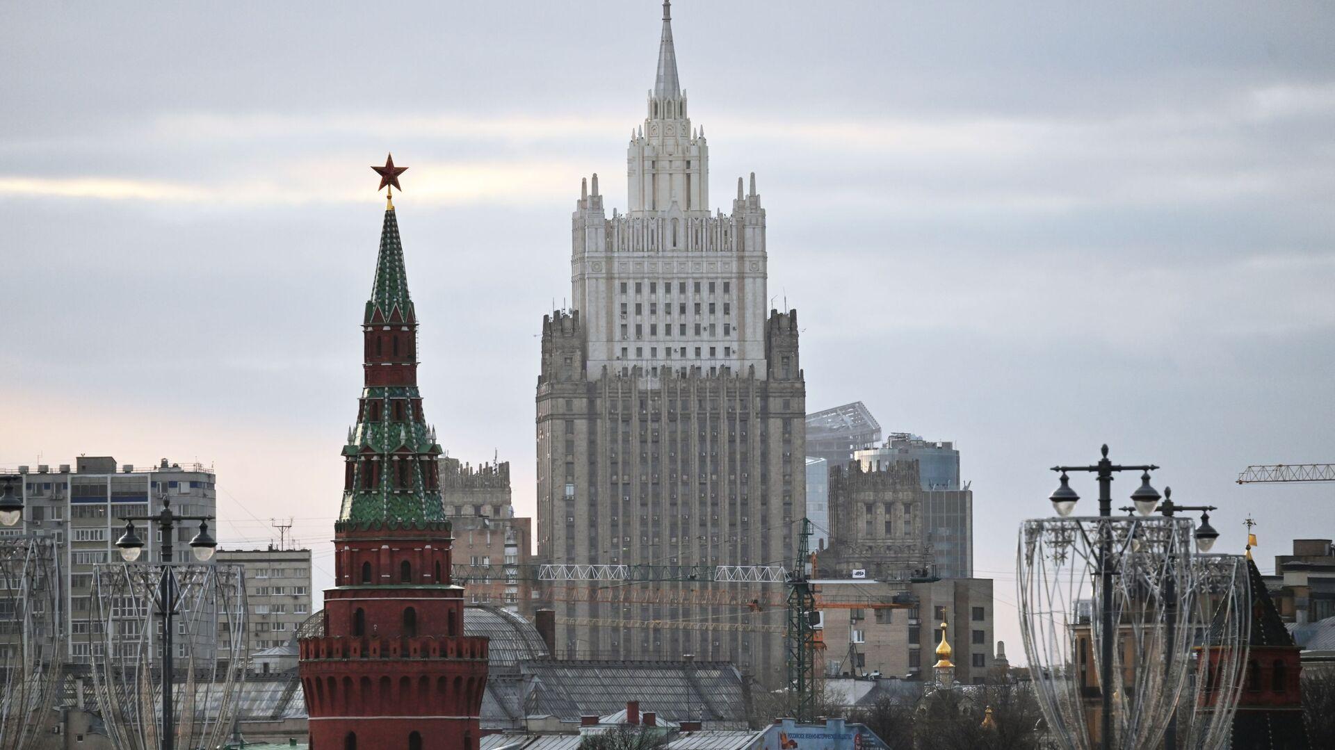 Здание Министерства иностранных дел РФ и Водовзводная башня Московского Кремля - Sputnik Грузия, 1920, 29.09.2021