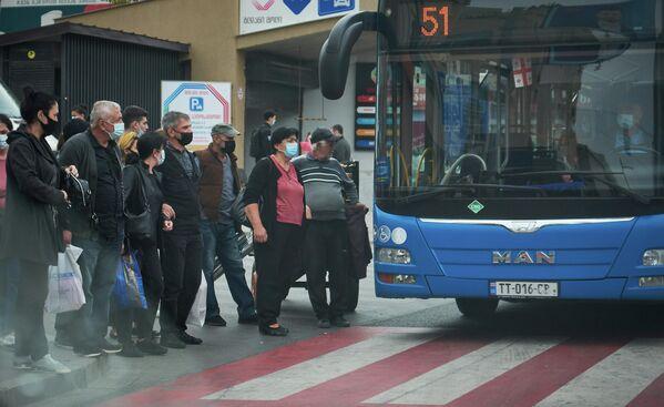 В августе властям даже пришлось отменять движение общественного транспорта из-за резкого роста количества зараженных.  - Sputnik Грузия