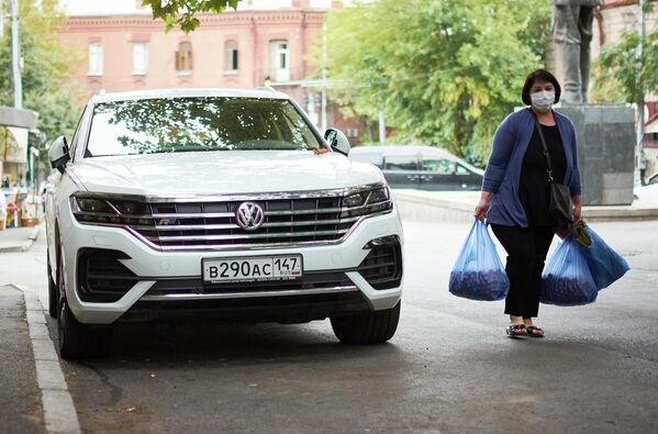 Город тем временем живет своей жизнью. Стало заметно больше туристов. На фото - машина с российскими номерами на одной из тбилисских улиц. - Sputnik Грузия