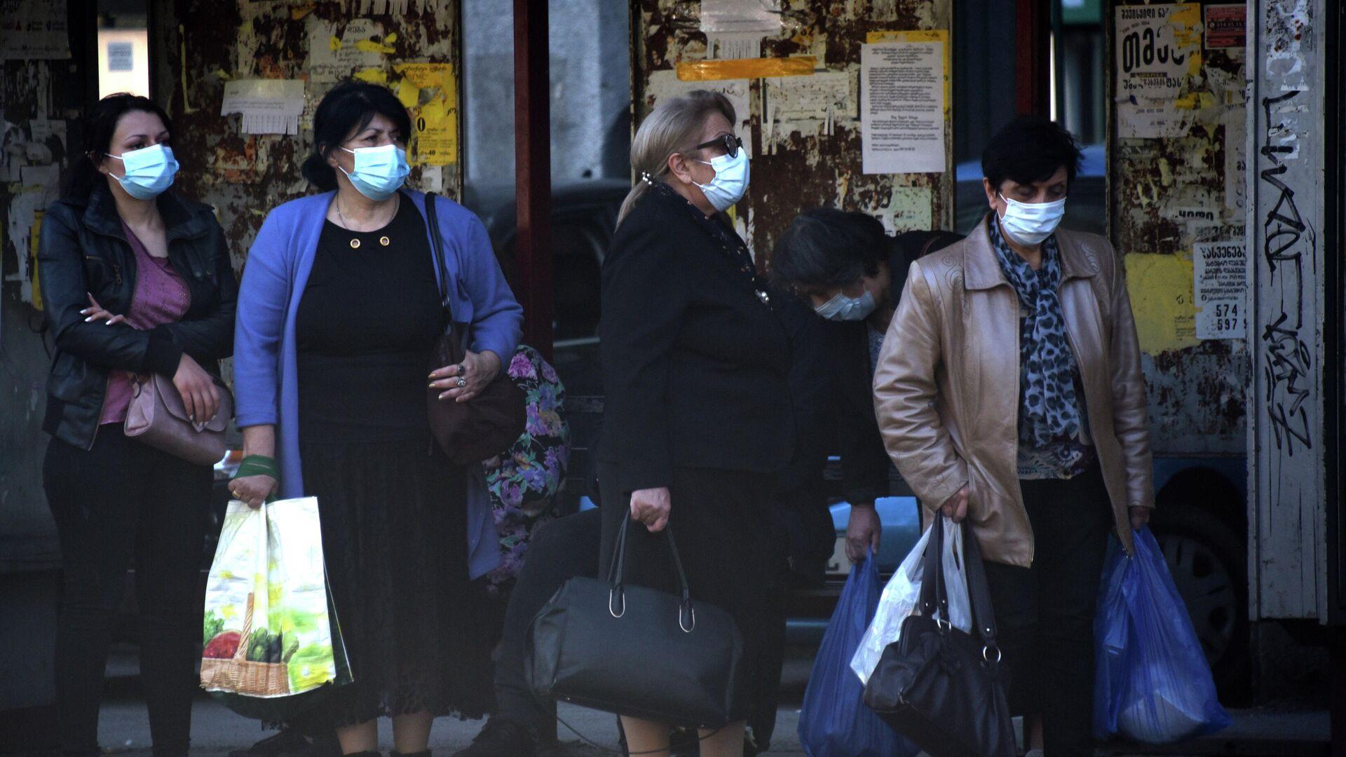 Эпидемия коронавируса - прохожие на улице в масках - Sputnik Грузия, 1920, 09.10.2021
