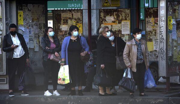 Люди в масках ходят в магазины за покупками. Ездят в общественном транспорте тоже в масках.  - Sputnik Грузия