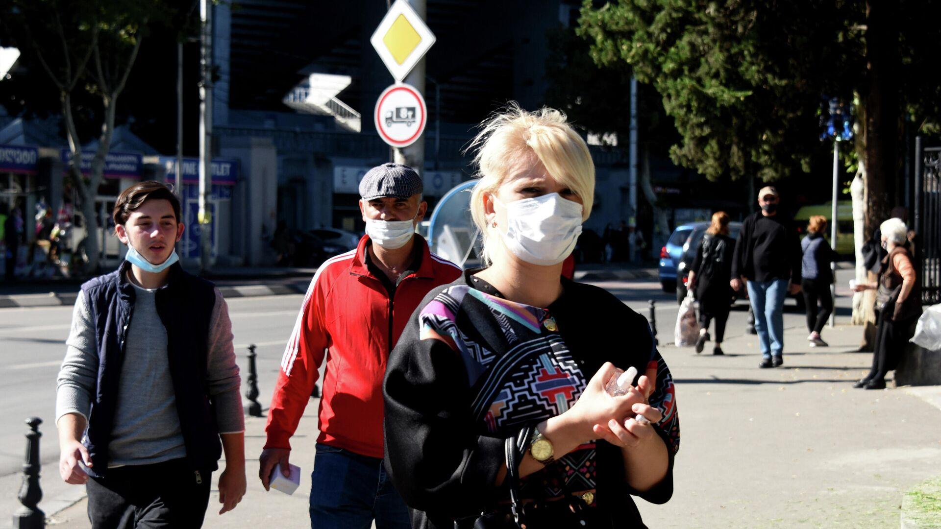Эпидемия коронавируса - прохожие на улице в масках - Sputnik Грузия, 1920, 05.10.2021
