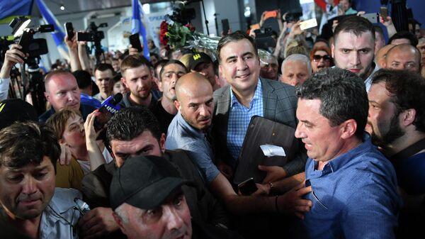 Михаил Саакашвили со своими сторонниками - Sputnik Грузия