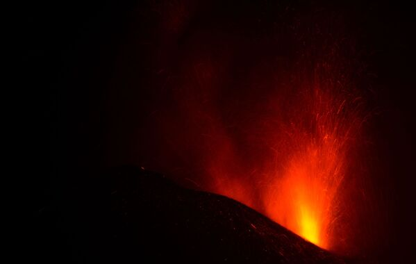 По словам специалисты, извержение может продолжаться еще долго - Sputnik Грузия