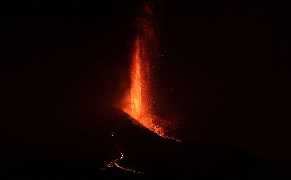 По оценкам специалистов, уже на 27 сентября лава покрыла более 200 гектаров земли - Sputnik Грузия