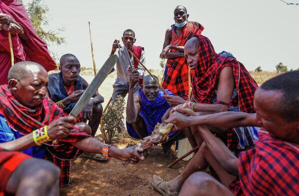 В то же время в Кении есть жители, принципиально отказывающиеся от вакцинации. На фото - масаи, полукочевой народ, проживающий на юге страны. - Sputnik Грузия