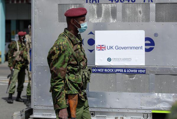 Тем не менее, вакцины в Кении на вес золота. На фото - военные охраняют более 400 доз вакцины от COVID-19, доставленных в Найроби при помощи Великобритании. - Sputnik Грузия