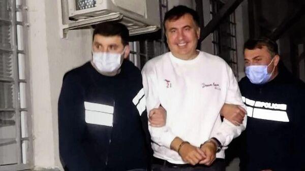 Улыбающийся Саакашвили в руках грузинской полиции - видео - Sputnik Грузия