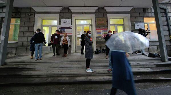 С раннего утра у некоторых участков в Тбилиси уже стали выстраиваться очереди - Sputnik Грузия