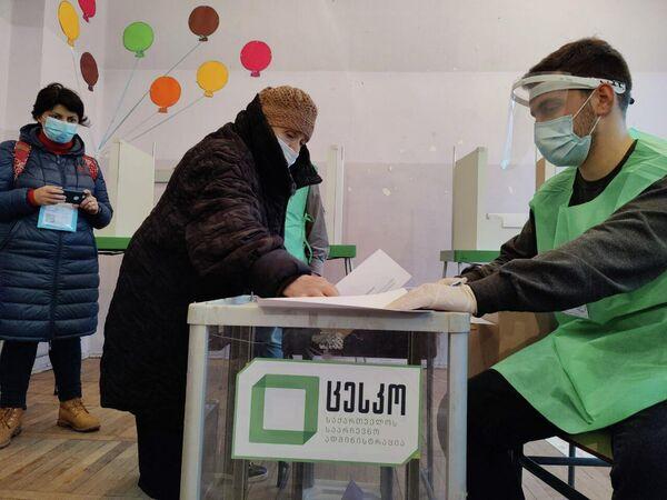 Непогода и похолодание по всей Грузии в последние дни не стали препятствием для участия в выборах - Sputnik Грузия