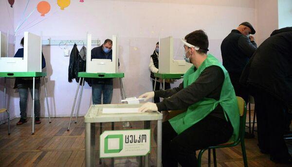 Кстати, кабинки для голосования теперь выглядят иначе - они частично открытые, хотя как делает выбор избиратель - не видно - Sputnik Грузия
