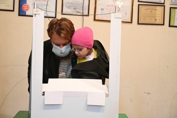 Некоторые избиратели приходили на участки, чтобы проголосовать, со своими детьми или членами семьи - Sputnik Грузия