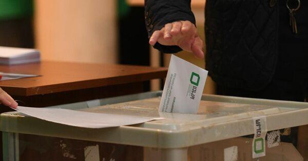 Многие, кто пришел на участки проголосовать, верят, что их голос имеет большое значение для исхода выборов - Sputnik Грузия