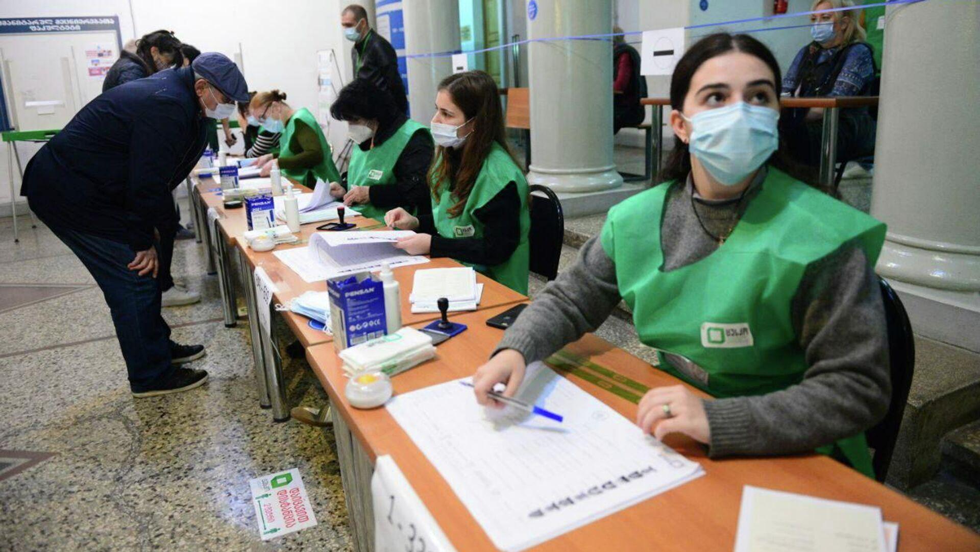 Местные выборы в Грузии 2 октября - сотрудники избирательной администрации во время голосования - Sputnik Грузия, 1920, 02.10.2021