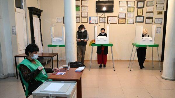 Местные выборы в Грузии 2 октября -  избиратели участвуют в голосовании - Sputnik Грузия