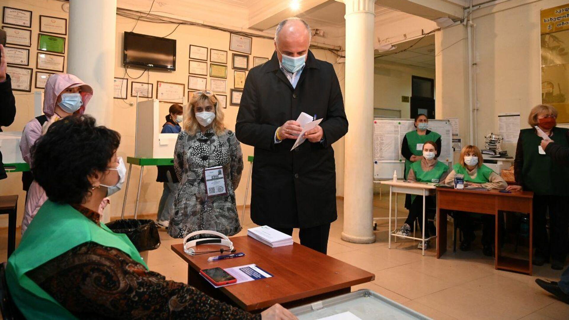 Бадри Джапаридзе участвует в голосовании. Местные выборы в Грузии 2 октября - Sputnik Грузия, 1920, 03.10.2021
