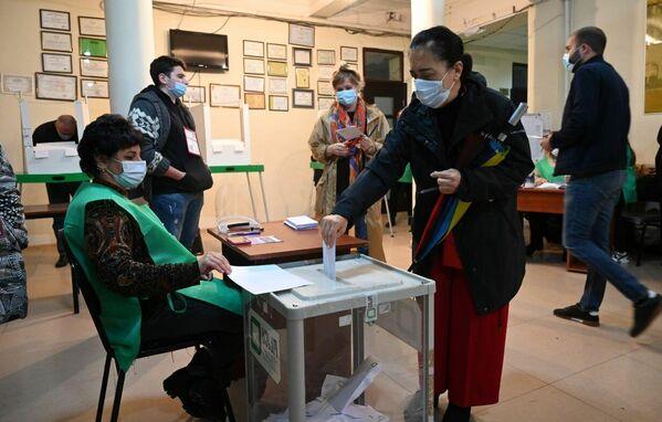 Активность в голосовании с утра проявляли как представители старшего поколения, так и молодежь - Sputnik Грузия