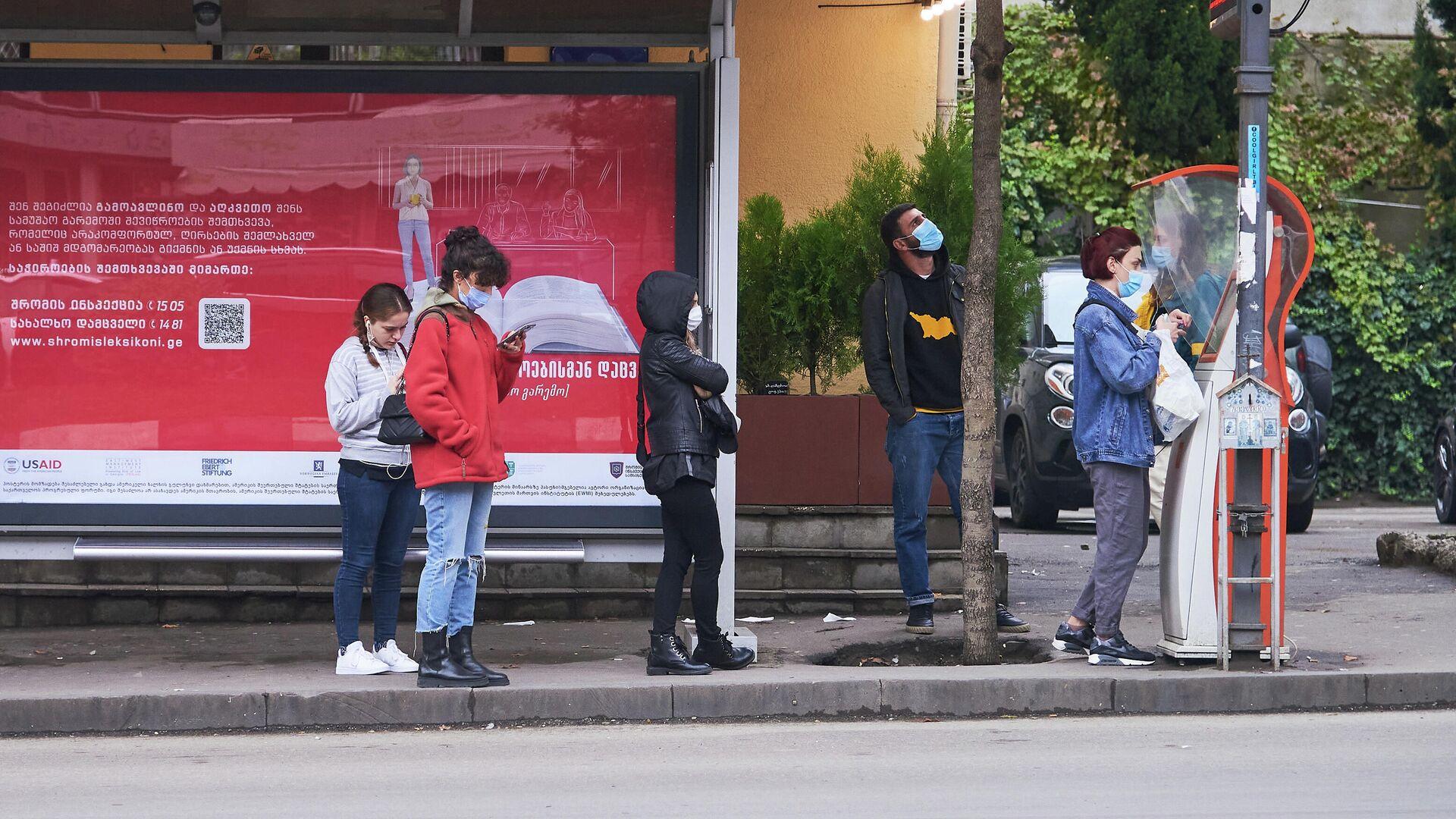 Эпидемия коронавируса - люди в масках на автобусной остановке - Sputnik Грузия, 1920, 04.10.2021