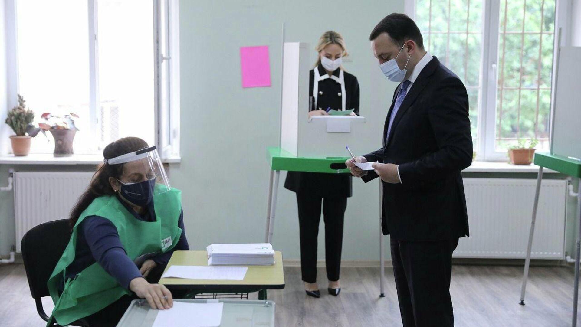 Ираклий Гарибашвили с супругой участвует в голосовании. Местные выборы в Грузии 2 октября - Sputnik Грузия, 1920, 02.10.2021