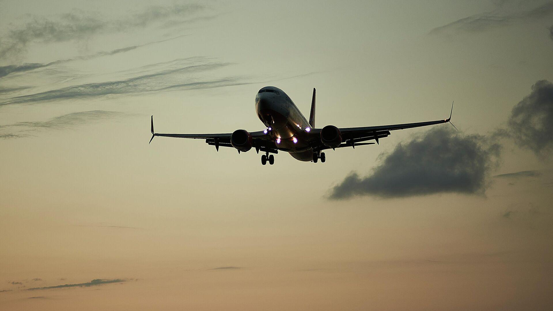Пассажирский самолет вечером заходит на посадку - Sputnik Грузия, 1920, 02.10.2021