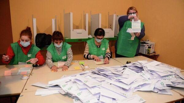 Местные выборы 2 октября - распечатывание избирательных урн и подсчет голосов - Sputnik Грузия