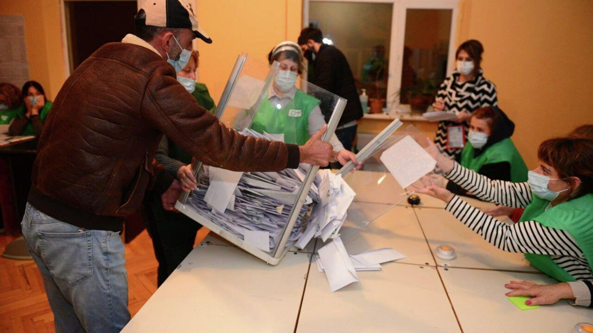Местные выборы 2 октября - распечатывание избирательных урн и подсчет голосов - Sputnik Грузия, 1920, 03.10.2021