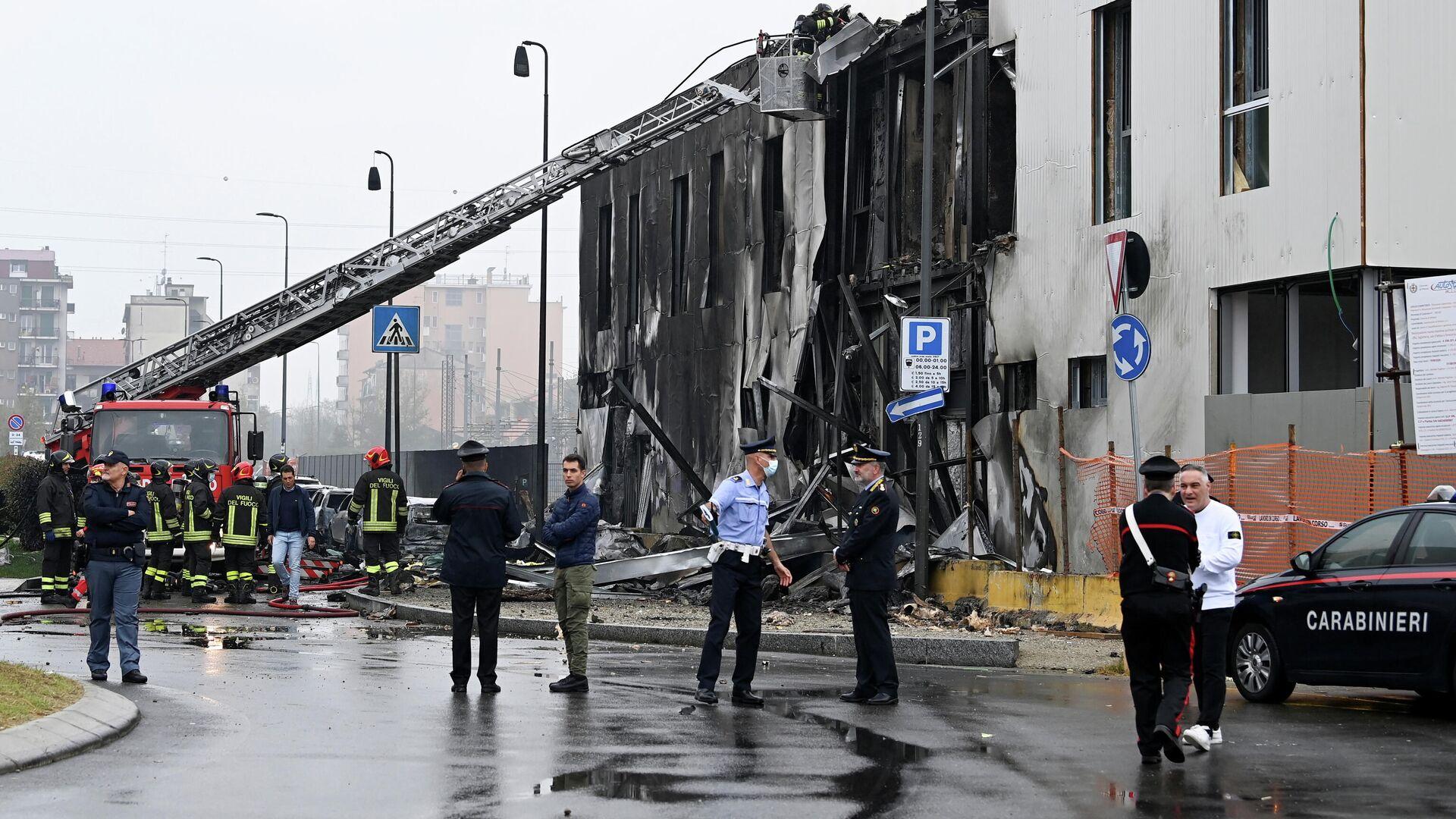 Пожарные и спасатели работают на месте падения самолета в Италии - Sputnik Грузия, 1920, 03.10.2021