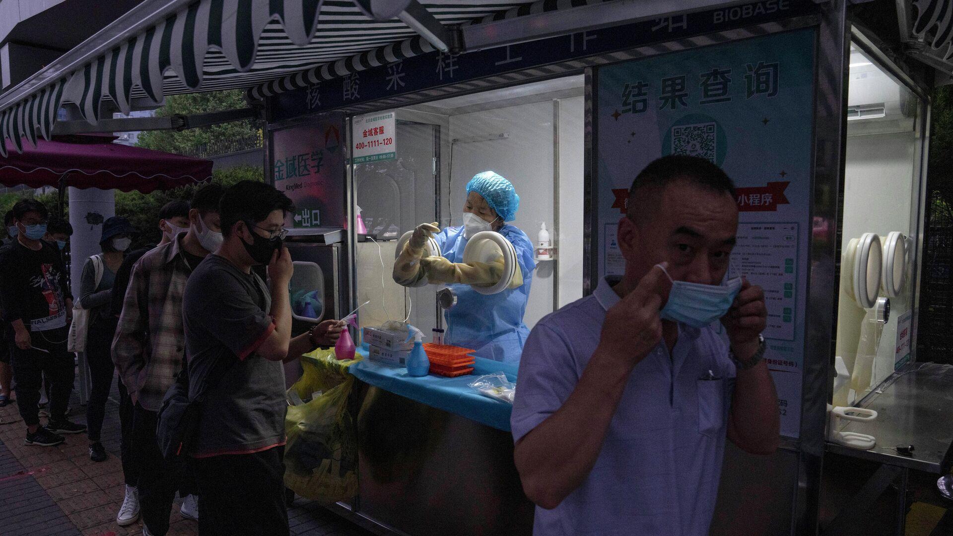Китай, Пекин - люди в масках во время пандемии коронавируса - Sputnik Грузия, 1920, 04.10.2021