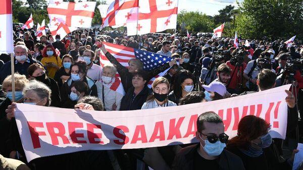 Акция протеста сторонников Саакашвили у Руставской тюрьмы 4 октября 2021 года - Sputnik Грузия