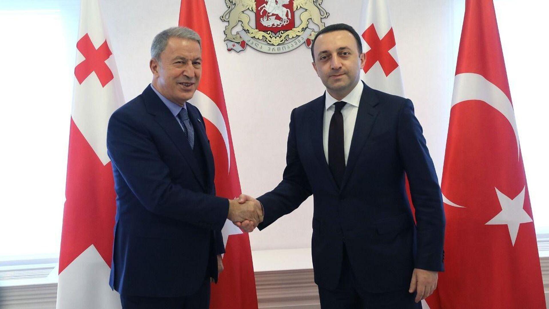 Встреча премьер-министра Грузии Ираклия Гарибашвили и министра обороны Турции Хулуси Акара - Sputnik Грузия, 1920, 04.10.2021