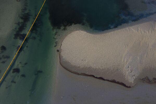 По состоянию на воскресенье нефтяной шлейф от разлива нефти распространился на 5,8 морских миль (10 км) и тянулся вдоль береговых линий Хантингтон-Бич и Ньюпорт-Бич - Sputnik Грузия