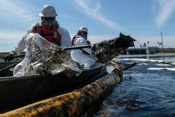 Команды по очистке используют нефтесборщики и плавучие заграждения, чтобы попытаться остановить дальнейшее проникновение сырой нефти - Sputnik Грузия