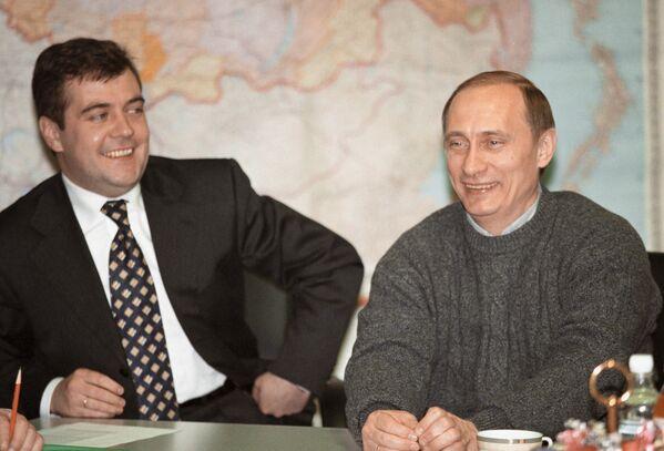 Владимир Путин и руководитель избирательного штаба кандидата на должность президента РФ Дмитрий Медведев проводят первую президентскую пресс-конференцию в избирательном штабе в день выборов 26 марта 2000 года - Sputnik Грузия
