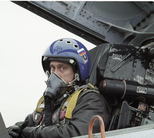 Владимир Путин в кабине истребителя-перехватчика СУ-27 после совершенного перелета из Краснодара в Чечню для вручения наград российским десантникам - Sputnik Грузия