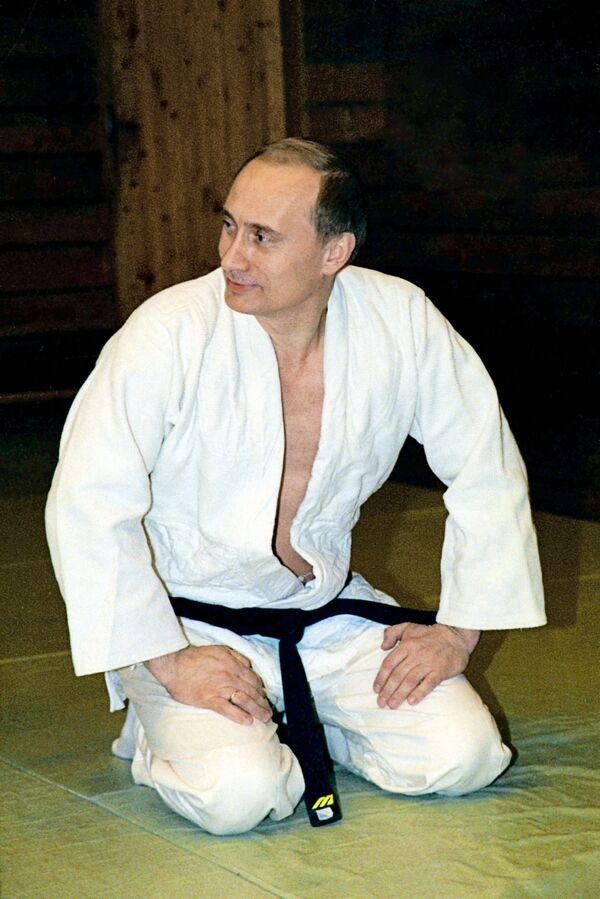 Президент РФ Владимир Путин в кимоно во время занятий дзюдо в своей резиденции в Ново-Огарево - Sputnik Грузия