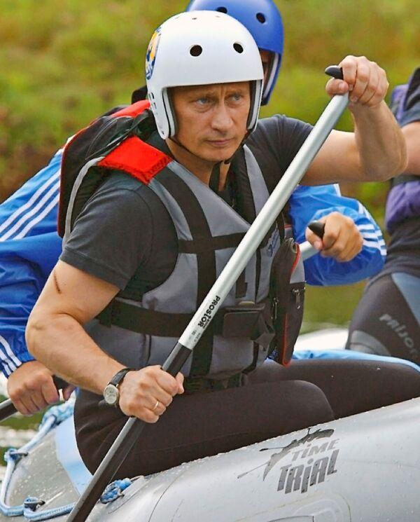 Владимир Путин во время краткосрочного отпуска в Алтайском крае совершил двухчасовой сплав на рафтах по горной реке Чарыш - Sputnik Грузия