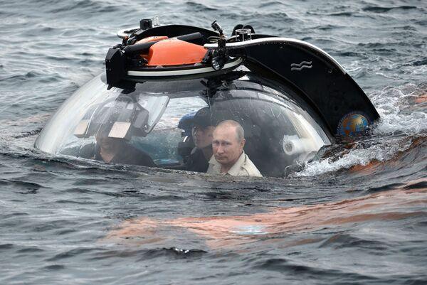 Владимир Путин совершает погружение на батискафе к затонувшему древнему судну, лежащему в районе Севастополя на 83-метровой глубине - Sputnik Грузия