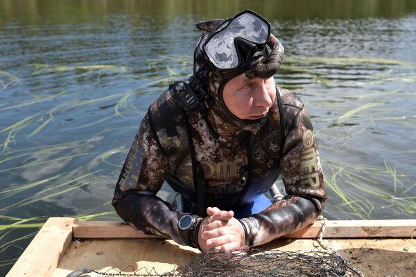 Путин во время подводной охоты в гидрокостюме на каскаде горных озер в Республике Тыва. Президент провел отпуск с 1 по 3 августа - Sputnik Грузия