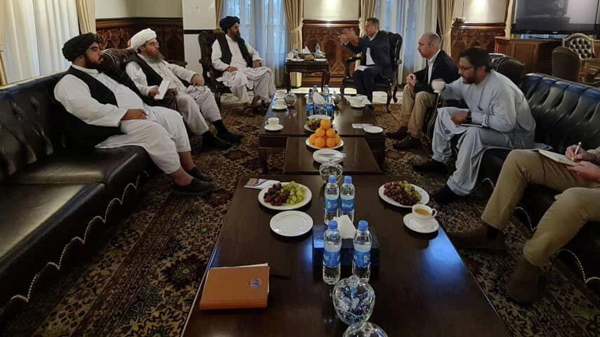 Мулла Барадар, глава политического офиса талибов, встречается с членами Красного Креста в Кабуле - Sputnik Грузия, 1920, 07.10.2021