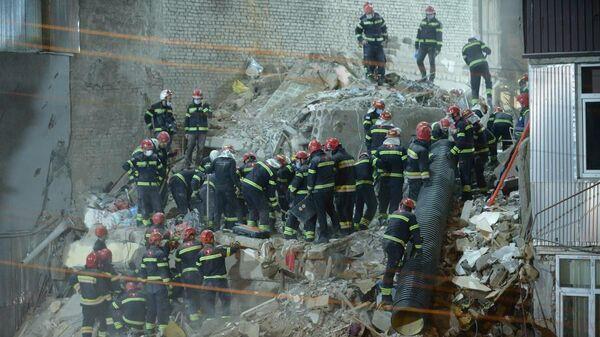 Ночная спасательная операция на месте обрушения жилого дома в Батуми 8 октября 2021 года - Sputnik Грузия